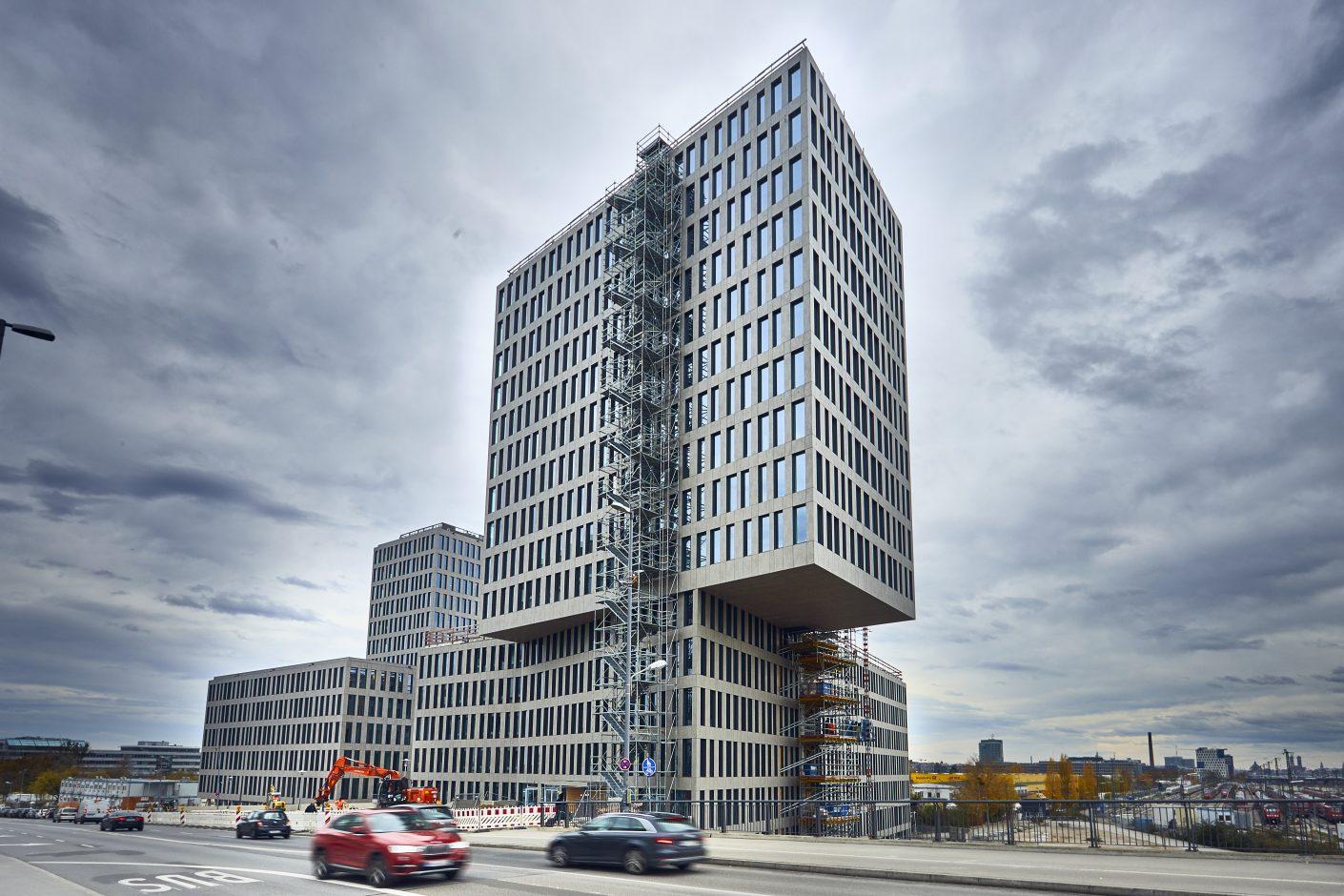 Das KAP WEST in München (hier noch mit einer Behelfs-Außentreppe aus Brandschutzgründen am Südturm) ist seit Mitte 2020 komplett bezogen. Dekton® im Farbton »Keon« bekleidet die Fassade des urbanen Bürogebäudes. Bildquelle: David Höpfner für Cosentino