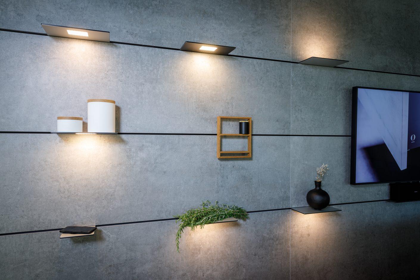 """Multifunktionswand """"The Wall"""" mit Dekton® Keon Oberfläche von Cosentino: Die Module zur Beleuchtung sowie die Steckborde für Accessoires oder zur induktiven Aufladung von Mobiltelefonen sind flexibel platzierbar. Quelle: Orea"""