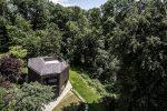 An einem bewaldeten Hang bei Basel liegt die «Casa Forest», gestaltet von DALUZ GONZALEZ ARCHITEKTEN. Fotos: Philippe Wiget für DALUZ GONZALEZ ARCHITEKTEN