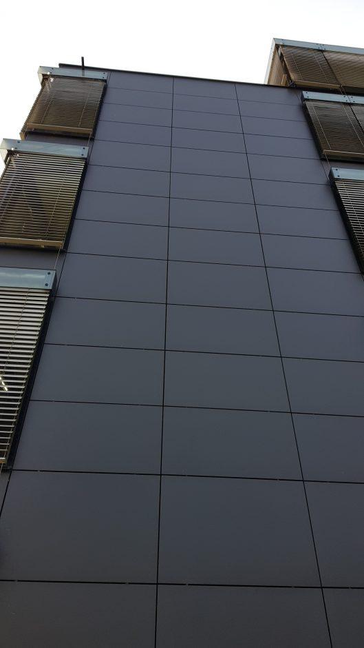 Die ehemalige Schiefer-Fassade und -Brüstung wurde durch Dekton® Sirius von Cosentino ersetzt. Quelle: Cosentino