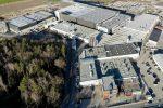 Am Standort Cham, dem größten Zweigwerk der Ensinger Gruppe, wird der gesamte Strombedarf bereits in diesem Geschäftsjahr auf Ökostrom umgestellt. Foto: Ensinger