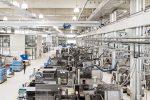In Rottenburg-Ergenzingen befindet sich das größte Spritzgusswerk der Ensinger Gruppe. Die Maßnahmen zur Reduktion des CO2 -Ausstoßes setzen beim Energiemanagement und bei den Materialressourcen an. So soll der Anteil an Strom aus erneuerbaren Energien sukzessive ausgebaut werden. Ebenso werden immer mehr Materialien in einen Stoffkreislauf integriert. Foto: Ensinger